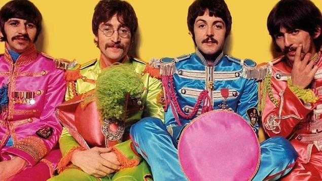 Les 4 membres du groupe dans des costumes colorés