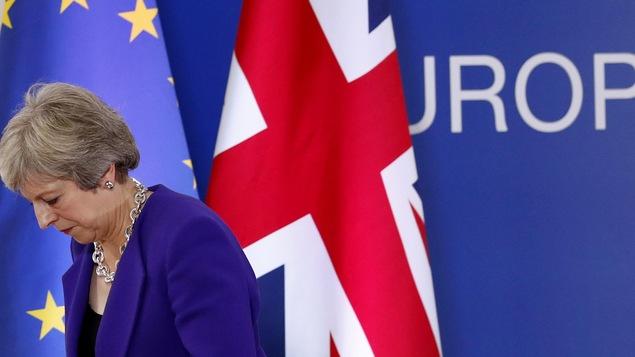 La première ministre britannique Theresa May descend du podium après une conférence de presse lors d'un sommet européen à Bruxelles, jeudi.