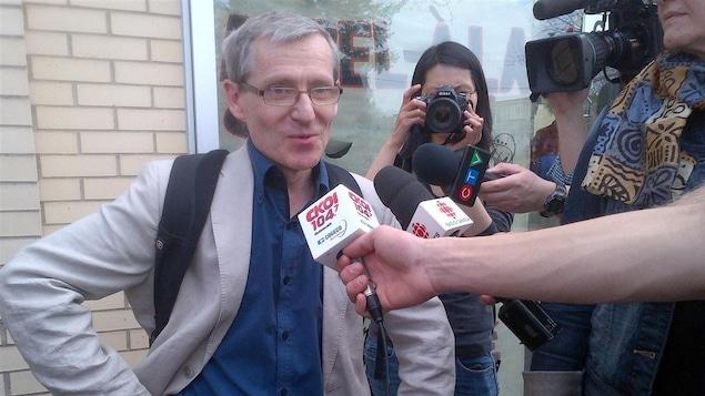 Le professeur Thibault Martin s'adresse aux journalistes.