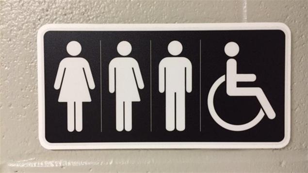 Des logos pour les toilettes montrant une femme, une personne qui est mi-femme et mi-homme, un homme et une personne en fauteuil roulant.