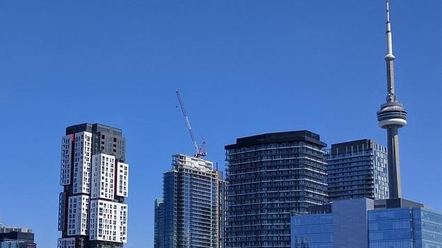 Une photo du centre-ville de Toronto avec la Tour CN à droite.