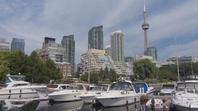 Des édifices à condos au bord de l'eau à Toronto