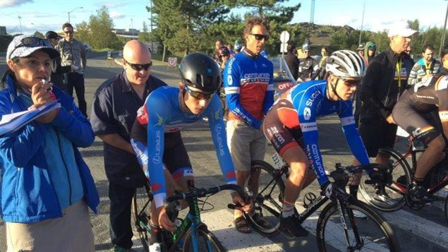 Sur la ligne de départ d'une épreuve du Tour de l'Abitibi