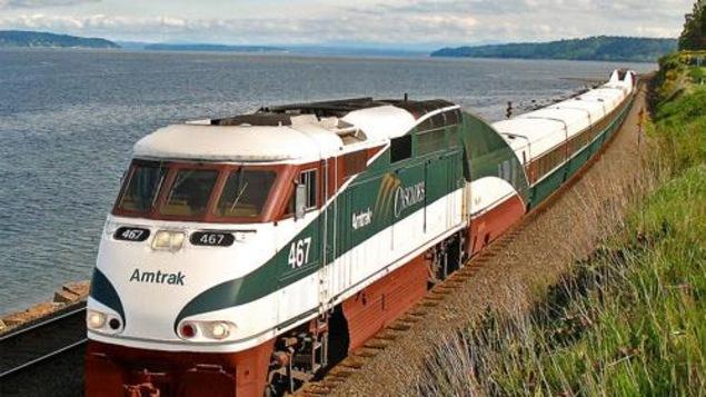 Photo d'un train Amtrak Cascades qui circule entre l'Oregon et la Colombie-Britannique.