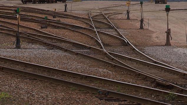 Des sections de rails de chemin de fer dans une cours de triage de Baie-Comeau.