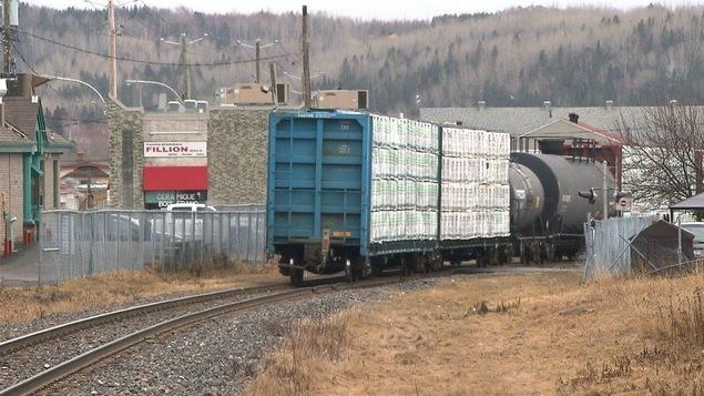 Un train de marchandises traverse le centre-ville de Rimouski