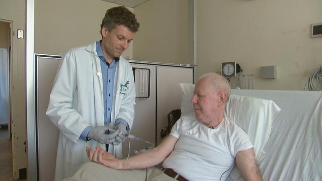 Le médecin Jean-Mathieu Beauregard et le patient Howard Guerevich