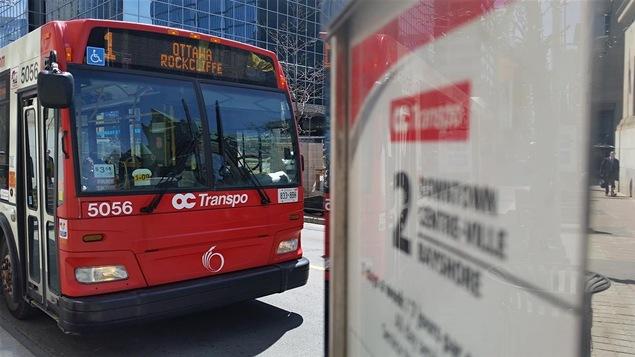 Un autobus de la ligne 1 Ottawa-Rockcliffe d'OC Transpo à l'intersection des rues Bank et Wellington, à Ottawa. (Archives)