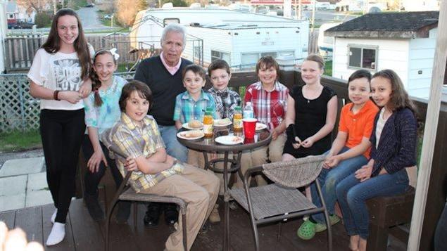 L'animateur de Jeopardy! Alex Trebek entouré de jeunes membres de sa famille.
