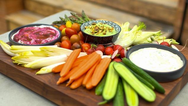 Des trempettes dans des bols, avec des légumes.