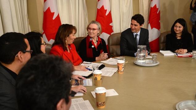 Le premier ministre Justin Trudeau ainsi que les ministres Carolyn Bennett et Maryam Monsef ont rencontré une délégation de l'Association des femmes autochtones du Canada, dont sa présidence intérimaire, Francyne Joe.