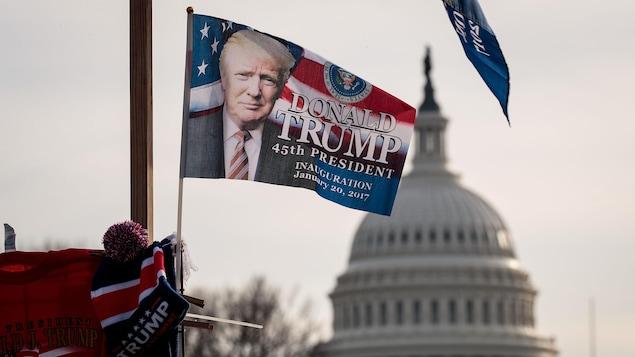Un drapeau pour l'inauguration de Donald Trump en tant que 45e président des États-Unis flotte devant le Congrès.