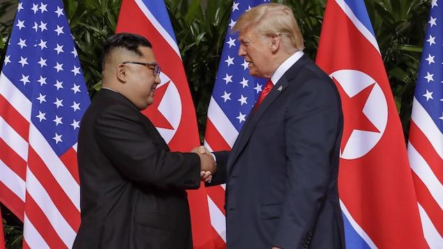 Donald Trump et Kim Jong-un se serrent la main avant le début de leur sommet historique à Singapour.