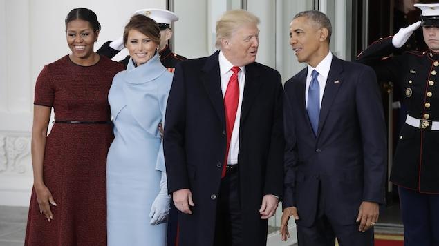 Le président sortant Barack Obama et sa femme Michelle accueillent le président désigné Donald Trump et sa femme Melania à la Maison-Blanche