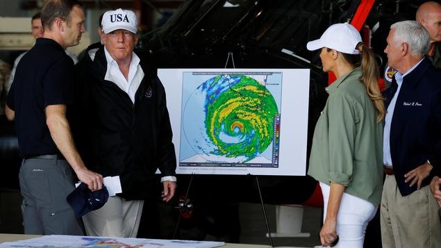 Le président Trump et son épouse Melania en compagnie du vice-président Mike Pence (à droite) lors de leur visite en Floride.