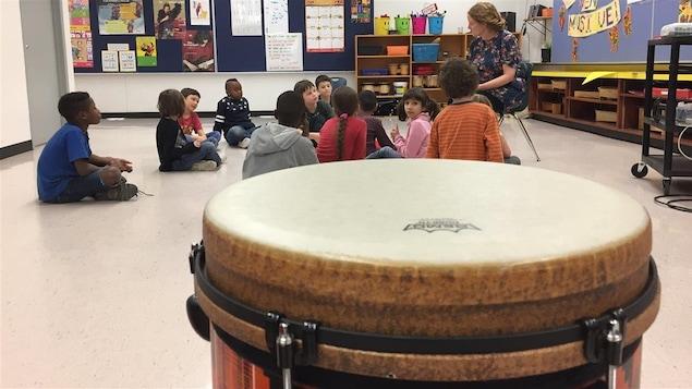 Le tubano dans la classe de musique à l'École Précieux-Sang