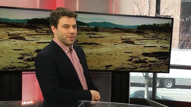 Ugo Lapointe, coordonnateur de MiningWatch, dans les studios de Radio-Canada à Vancouver