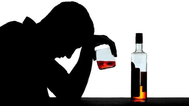 Photo à contre-jour d'une personne qui a un problème de consommation d'alcool