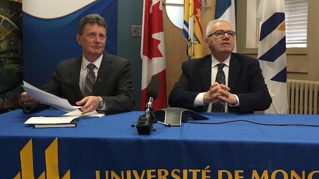 Edgar Robichaud et Raymond Théberge donnant une conférence de presse