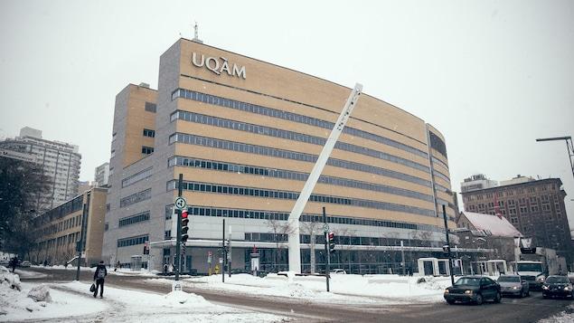 Quelques flocons de neige tombent sur le pavillon Président-Kennedy de l'UQAM, au centre-ville de Montréal.