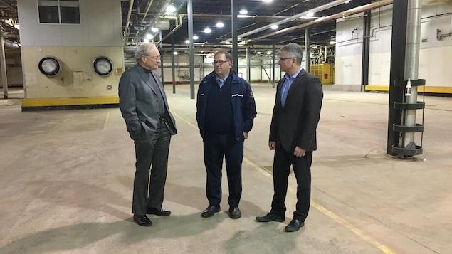L'entrepreneur Ron MacDougall entouré du premier ministre de l'Île-du-Prince-Édouard, Wade MacLauchlan, et du ministre du Développement économique, Heath MacDonald.