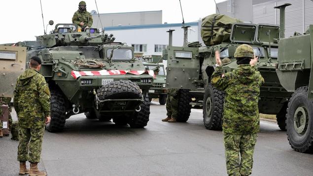 Des véhicules blindés s'apprêtent à quitter la base de Valcartier.