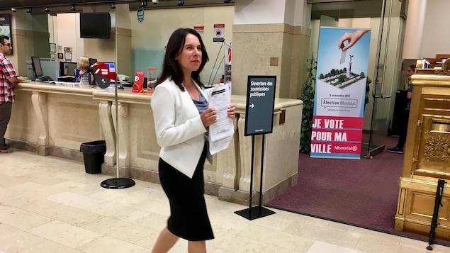 La chef de Projet Montréal, Valérie Plante, déposant sa déclaration de candidature au bureau des greffes de l'Hôtel de Ville, le 25 septembre 2017.