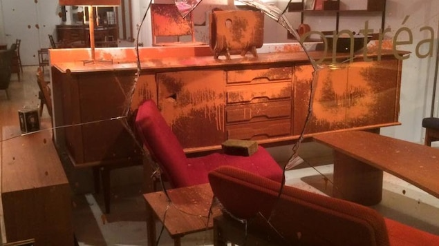 Cinq commerces vandalis s dans hochelaga maisonneuve for Meuble vitrine montreal