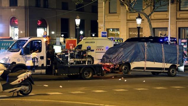 Le véhicule suspect de l'attentat de Barcelone, en Espagne, est remorqué le 18 août 2017.