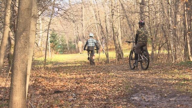 Des adeptes de vélo de montagne à Sherbrooke durant l'automne