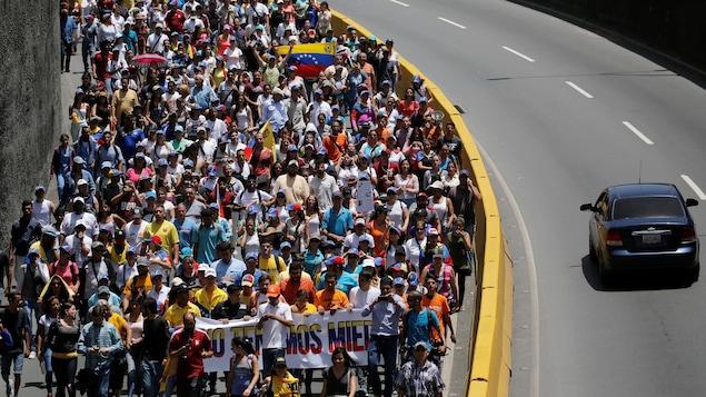 Des opposants au président chaviste Nicolas Maduro sont descendus dans les rues, à Los Teques, près de Caracas.