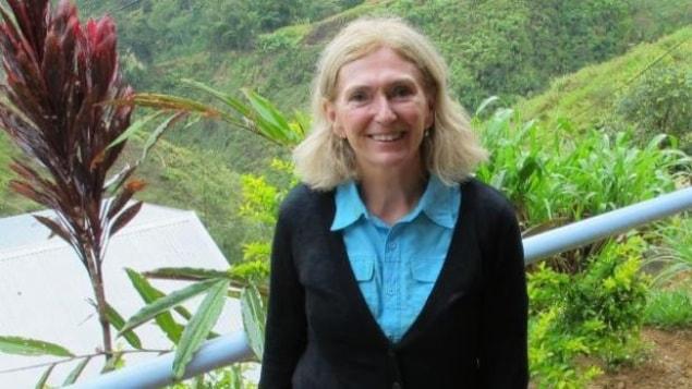 Photo de Vicki Russell en voyage devant des plantes exotiques