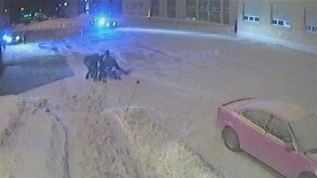 Vidéo de l'arrestation sur laquelle on voit les quatre policiers arrêter le jeune homme dans le stationnement du Cégep de Trois-Rivières.