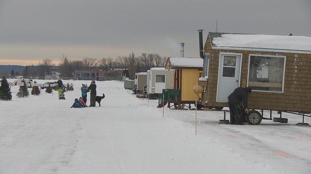 Des maisonnettes du village sur glace de Roberval