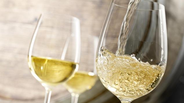 Trois verres de vin blanc.