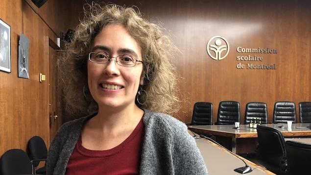 Mme Cousineau, dans la salle du conseil des commissaires de la CSDM.