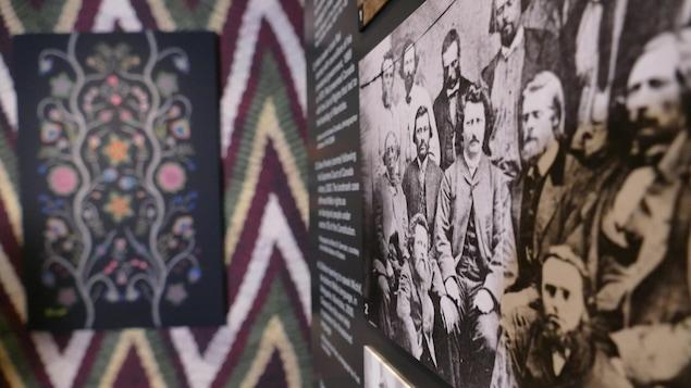 Une image de Louis Riel, sur un panneau, au premier plan, dans une galerie du musée