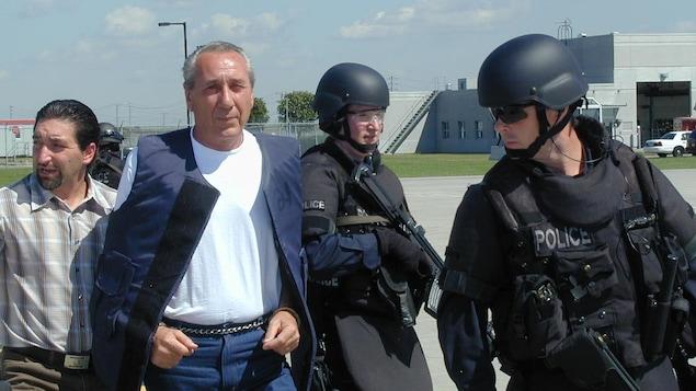 Vito Rizzuto entouré de policiers lourdement armés