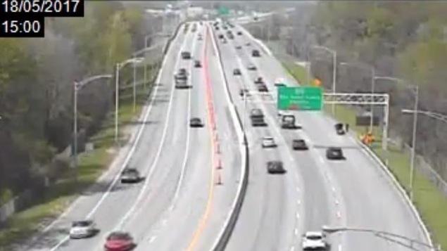 La partie gauche de l'autoroute 50 ouest a été bloquée par des cônes de construction.