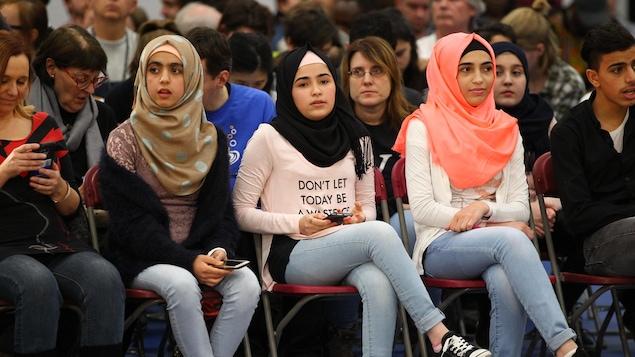 De jeunes musulmanes portant le hijab.