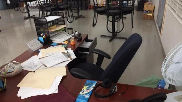 Un bureau avec des papiers