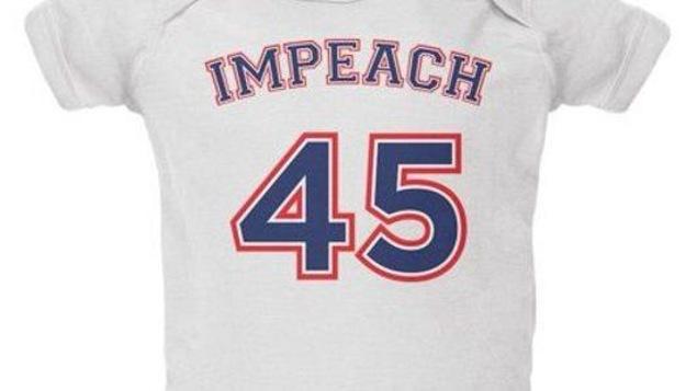 Un t-shirt avec l'inscription Impeach 45 en lettrage rappelant un chandail de sport professionnel.