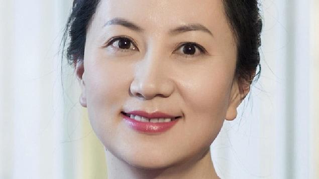 Une femme asiatique portant un vêtement bleu.