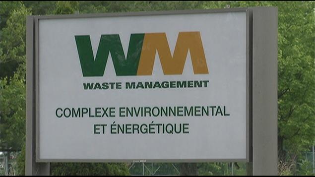 Une pancarte de Waste Management sur laquelle on annonce un « complexe environnemental et énergétique »