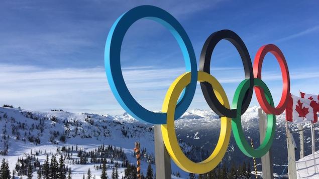 Les anneaux olympiques surplombant Whistler, en Colombie-Britannique