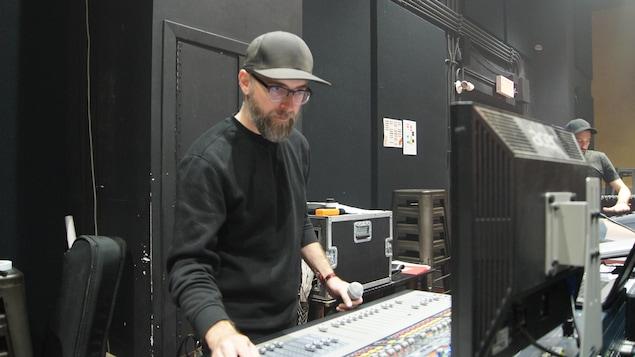Un homme regarde un écran d'ordinateur.