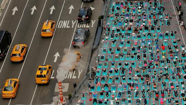 Ces New-Yorkais ont participé à une classe de yoga en plein cœur du quartier Time Square à côté du bruit assourdissant du trafic du centre-ville dans le cadre de la Journée internationale du yoga.