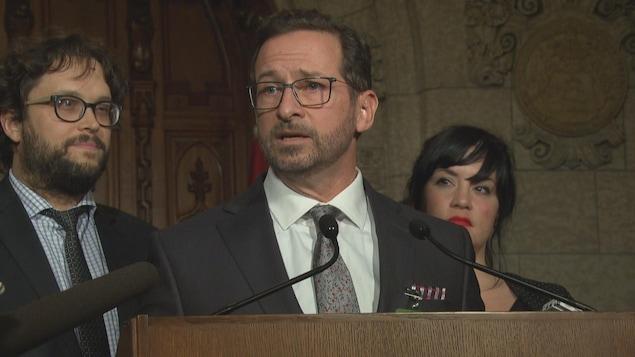 Yves-François Blanchet dans le Parlement à Ottawa devant deux collègues, notamment Gabriel Ste-Marie