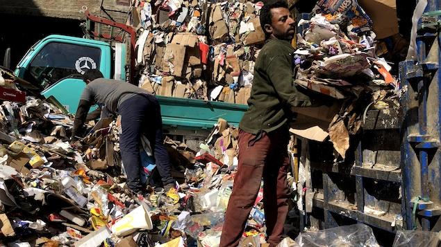 Deux hommes recyclent du carton dans le quartier cairote de Manshiyat Nasser.