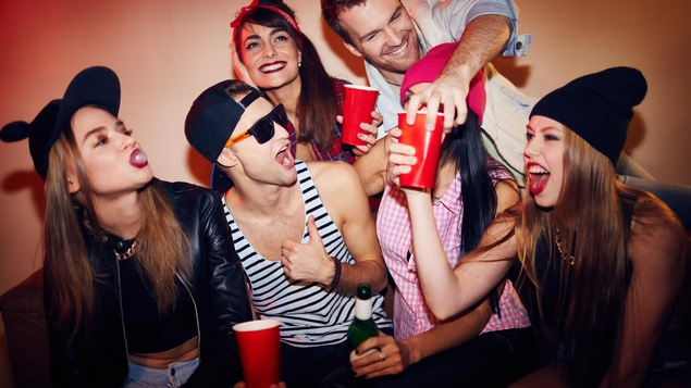 Des jeunes font la fête.